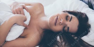 Nackt schlaf heimlich im Schlafende Frauen