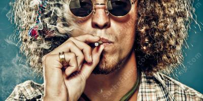Nackte Jungs rauchen Gras